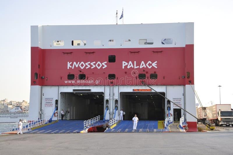 Atenas, o 28 de agosto: Ferryboat no porto de Piraeus de Atenas em Grécia imagem de stock