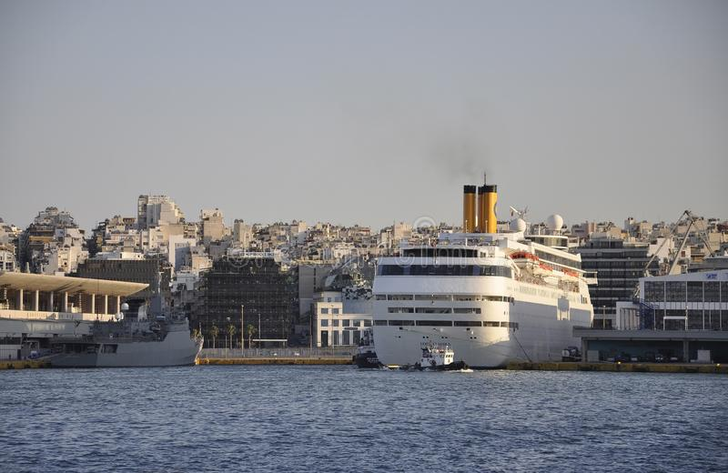Atenas, o 28 de agosto: Paisagem do porto de Piraeus de Atenas em Grécia foto de stock royalty free