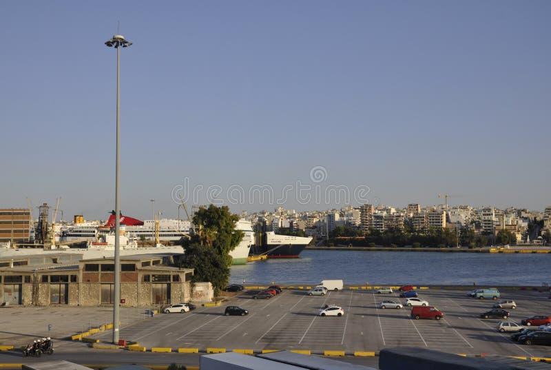Atenas, o 28 de agosto: Paisagem do porto de Piraeus de Atenas em Grécia imagens de stock royalty free