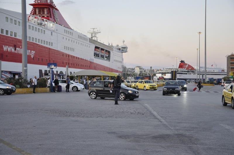Atenas, o 28 de agosto: Paisagem do porto de Piraeus de Atenas em Grécia imagem de stock royalty free