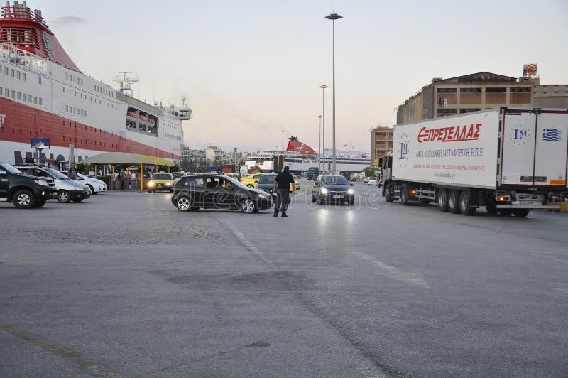 Atenas, o 28 de agosto: Paisagem do porto de Piraeus de Atenas em Grécia fotos de stock royalty free