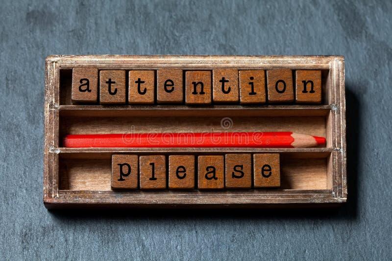 Atención por favor La nota amonestadora y el estilo retro advierten concepto de la bandera Caja del vintage, cubos de madera con  fotografía de archivo libre de regalías
