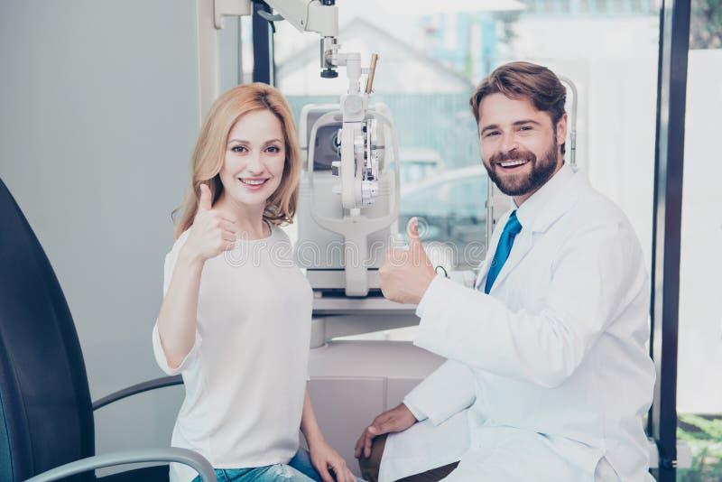 Atención sanitaria, gente, vista y concepto de la visión El hombre sonriente opta fotografía de archivo libre de regalías