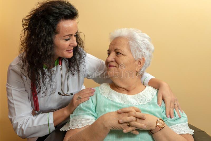 Atención sanitaria mayor de la mujer imagen de archivo