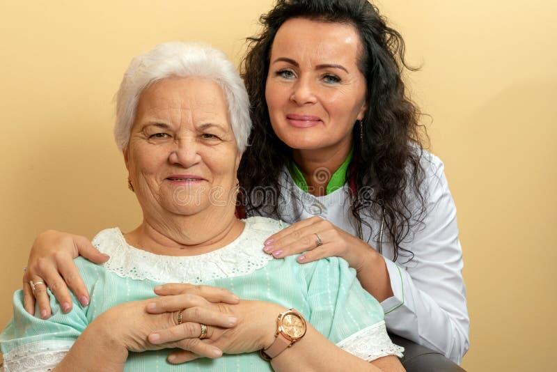 Atención sanitaria mayor de la mujer imagen de archivo libre de regalías