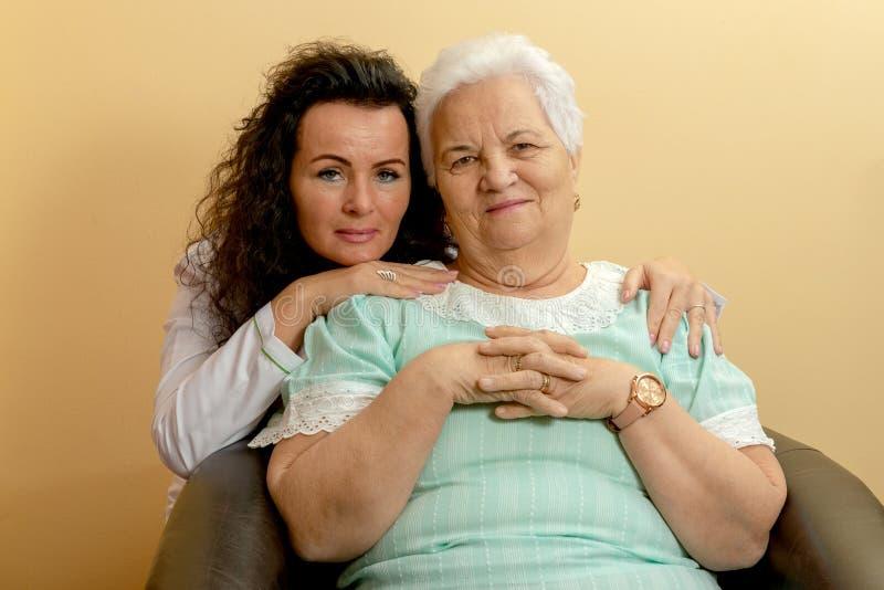 Atención sanitaria mayor de la mujer smlile foto de archivo libre de regalías