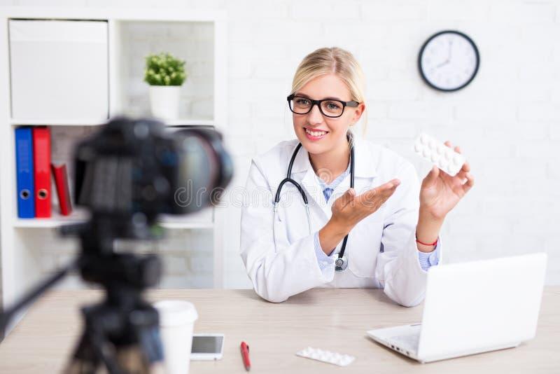 Atención sanitaria y concepto blogging - doct hermoso alegre de la mujer imagen de archivo libre de regalías