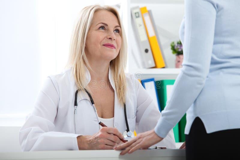 Atención sanitaria y concepto médico - doctor con el paciente en hospital imagen de archivo libre de regalías