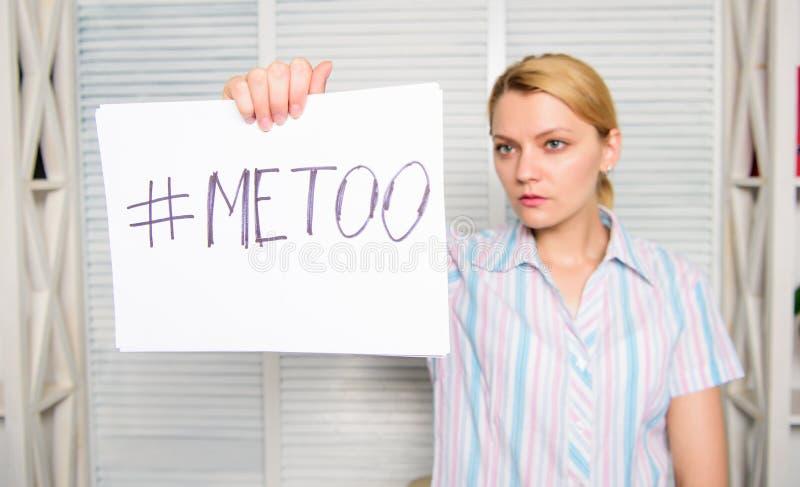 Atención sexual de la secretaria de la señora al colega Mujer que muestra una nota con el texto imitación Boss abusivo El poner d fotos de archivo libres de regalías