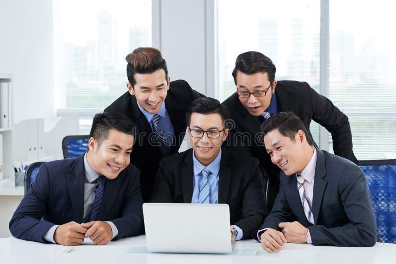 Atendendo à videoconferência imagem de stock