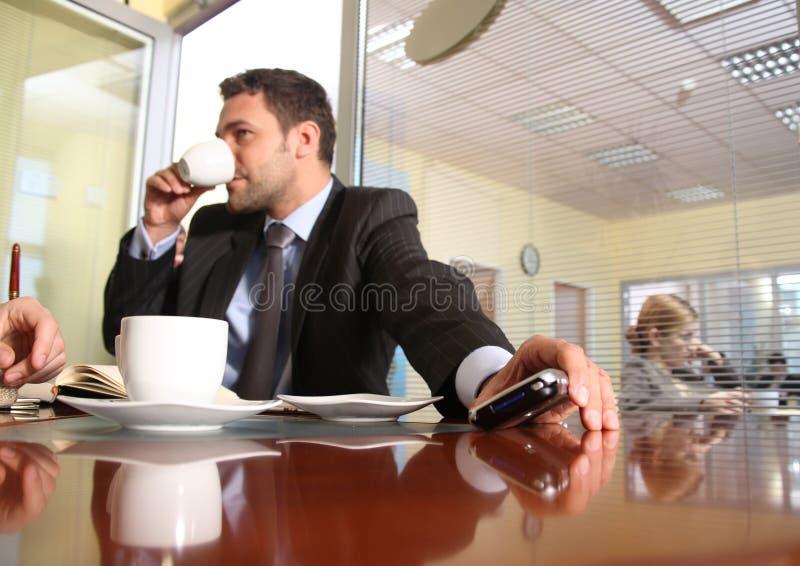 Atendimento de espera do homem de negócios imagem de stock