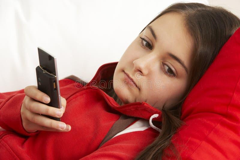 Atendimento de telefone de espera da rapariga imagens de stock