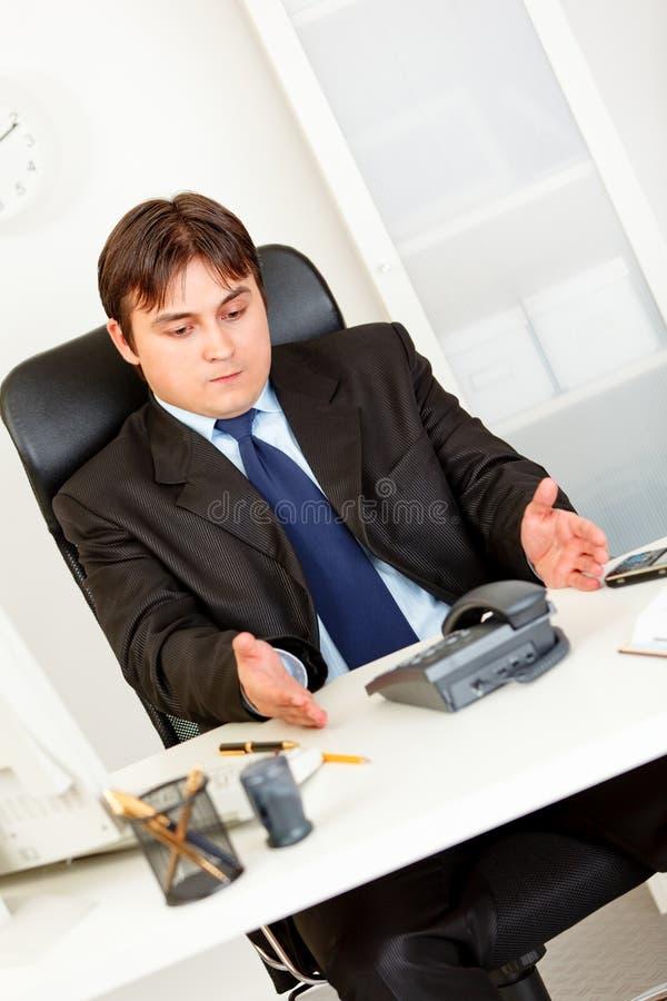 Atendimento de telefone de espera desagradado do homem de negócios foto de stock