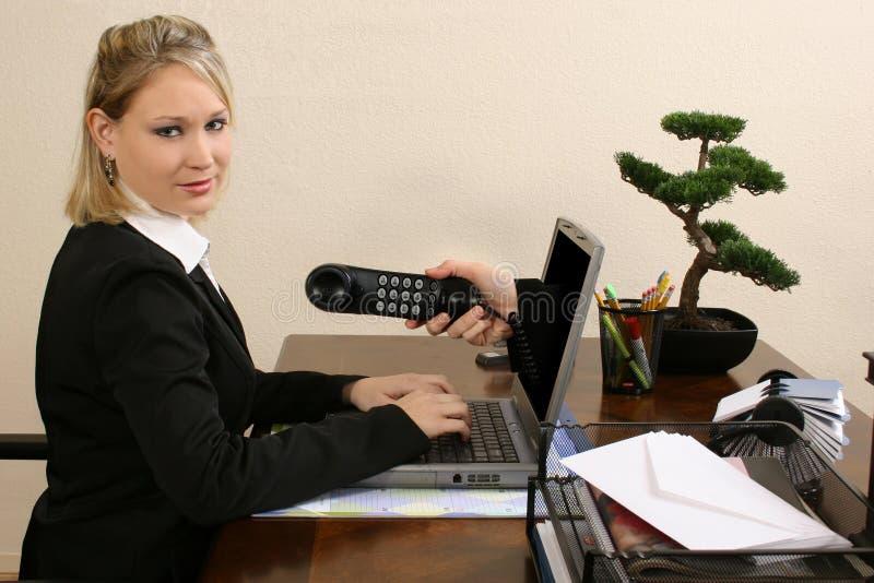 Atendimento do Internet da mulher de negócio imagem de stock royalty free