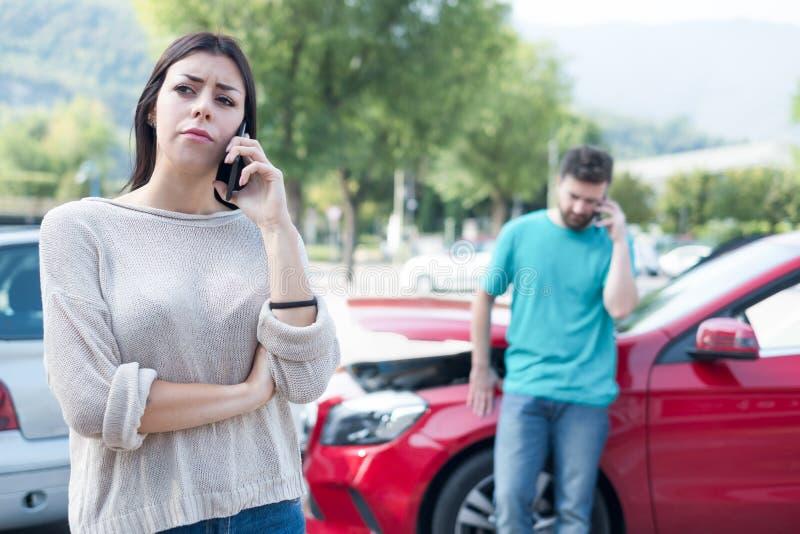 Atendimento técnico de seguro da borda da estrada em seguida no acidente de viação da estrada imagem de stock royalty free