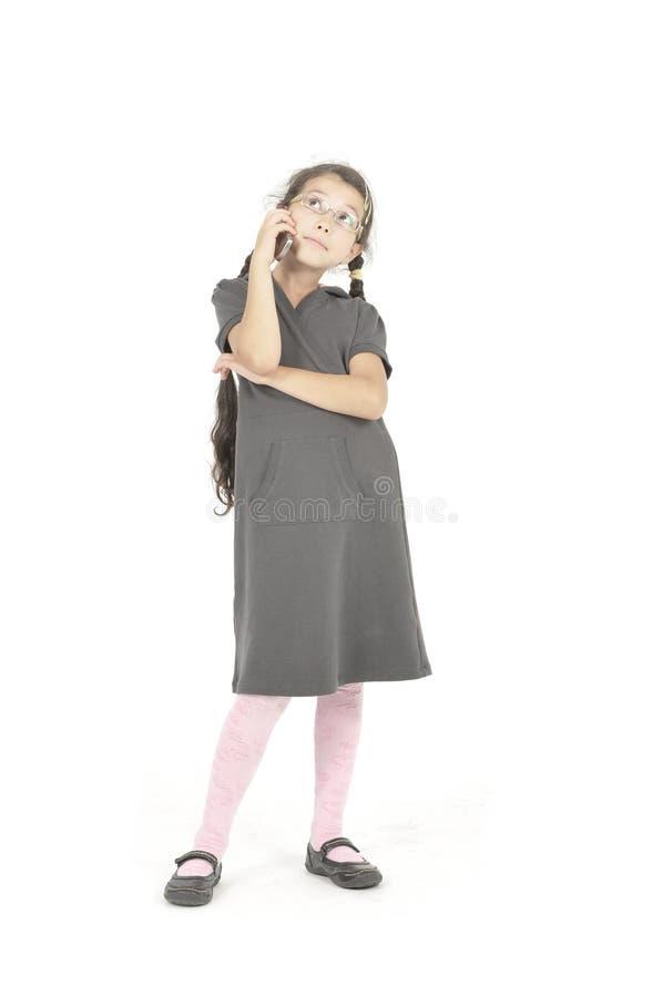 Atendimentos da menina pelo telemóvel imagens de stock royalty free