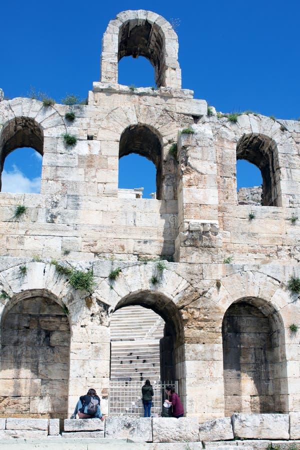 Atene, Grecia, aprile 2019 Teatro di pietra antico con i punti di marmo del Odeon dell'attico di Herodes sul pendio del sud di A immagini stock