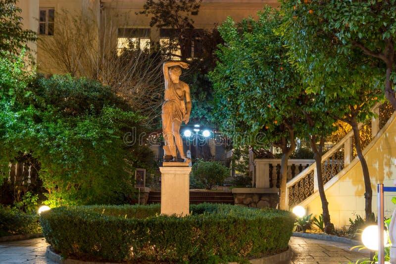 ATENE, GRECIA - 20 GENNAIO 2017: Foto di notte del museo numismatico a Atene, Grecia fotografia stock