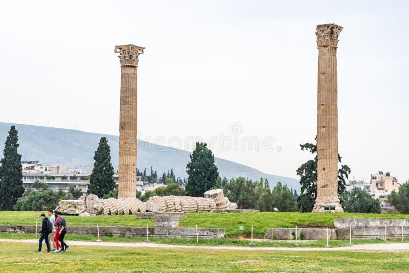 Atene, Grecia - 25 04 2019: Le colonne del tempio dell'olimpionico Zeus a Atene fotografie stock