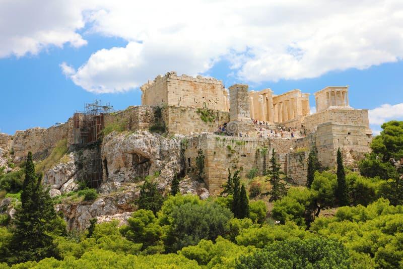 ATENE, GRECIA - 18 LUGLIO 2018: chiuda sulla vista dell'acropoli famosa con la gente che visita il Partenone, Erechtheum, Propyla fotografia stock libera da diritti