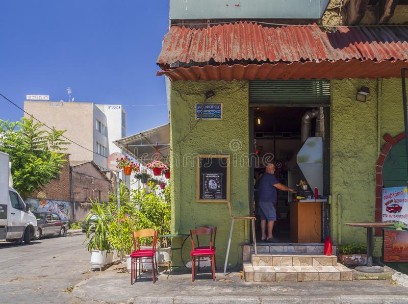 Atene, Grecia Luglio 2019: un uomo prepara il souvlaki in una piccola locanda del bordo della strada nel centro della capitale gr fotografie stock