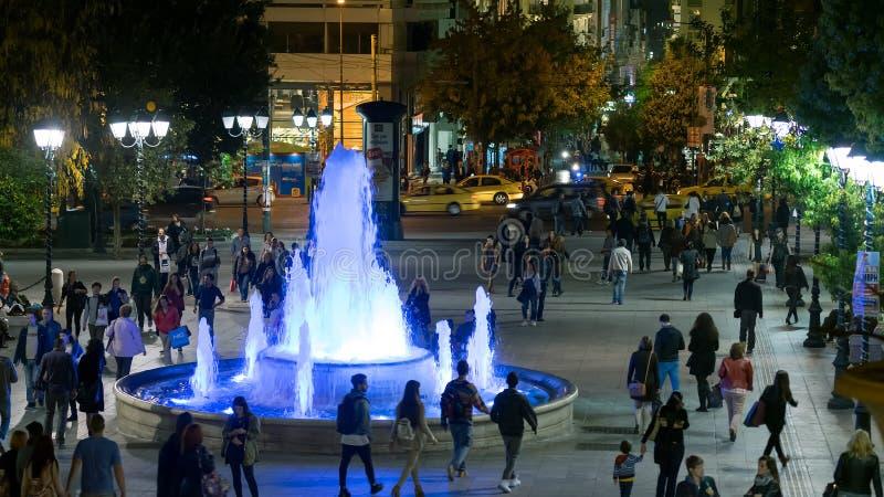Atene, Grecia 11 novembre 2015 Vita di notte ordinaria al quadrato di Sintagma Atene con la gente ed i turisti in Grecia immagini stock libere da diritti