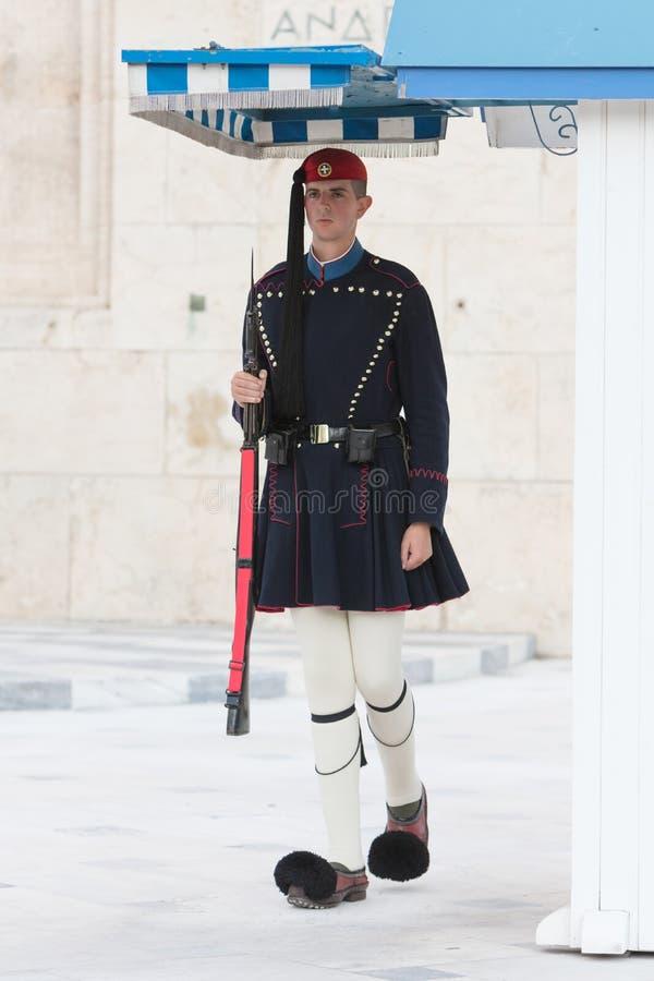 Atene, Grecia - 24 ottobre 2017: Evzones davanti alla tomba fotografia stock libera da diritti