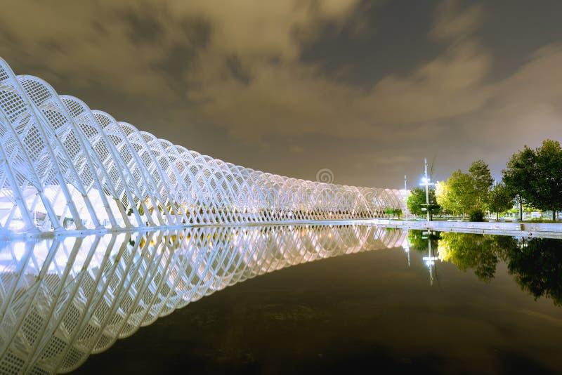 Atene, Grecia 22 ottobre 2015 Vista di notte del complesso olimpico di OAKA a Atene che riflette nel lago immagine stock libera da diritti