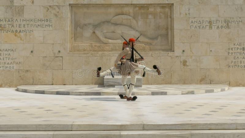 ATENE, GRECIA 16 SETTEMBRE, 2016: guardie alla tomba del soldato sconosciuto vicino al Parlamento greco a Atene fotografia stock
