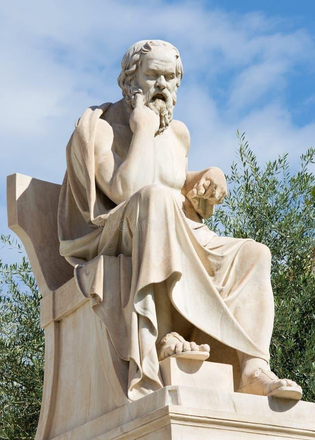 Atene - la statua di Socrates davanti alla costruzione nazionale dell'accademia fotografia stock libera da diritti