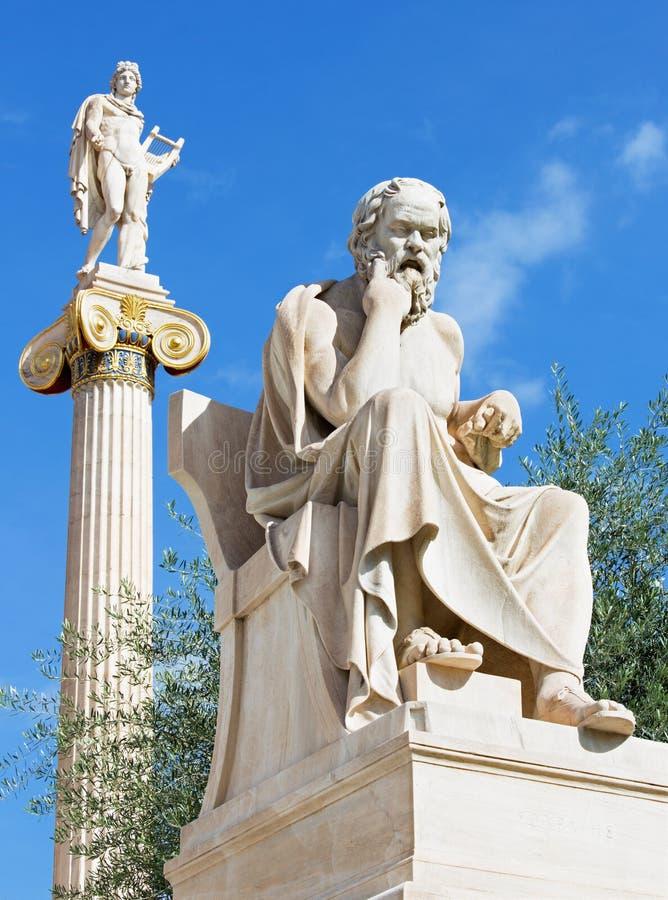 Atene - la statua di Socrates davanti alla costruzione nazionale dell'accademia dallo scultore italiano Piccarell e dalla statua  immagine stock