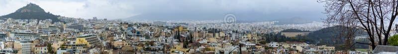 Atene in primavera, la vista dalla collina, il paesaggio urbano con le vie e costruzioni, cultura urbal antica immagini stock libere da diritti