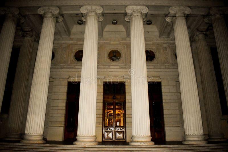 Ateneo rumano, una sala de conciertos importante y una se?al en Bucarest, Rumania 20 05 2019 imagenes de archivo