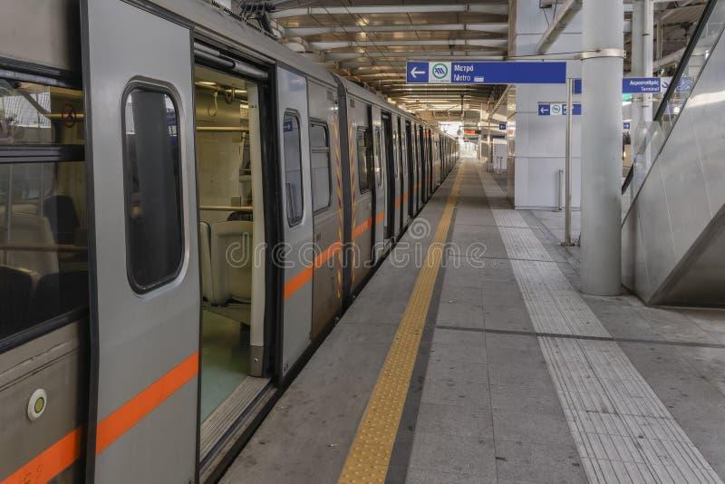 Atens, Greklands tomma tunnelbanetåg stoppat på stationen arkivfoton