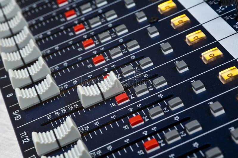 Atenuadores del mezclador de sonidos fotografía de archivo