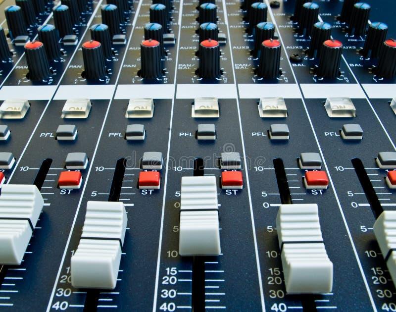 Atenuadores en mezclador audio fotografía de archivo libre de regalías