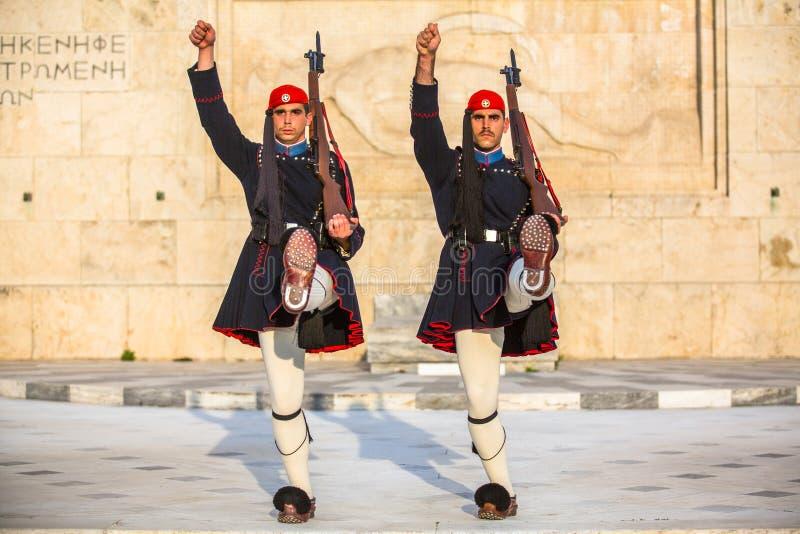 ATENY, GRECJA - Evzone strzeżenie nawiązywać do członkowie gwardia prezydencka, elita ceremoniału jednostka fotografia stock