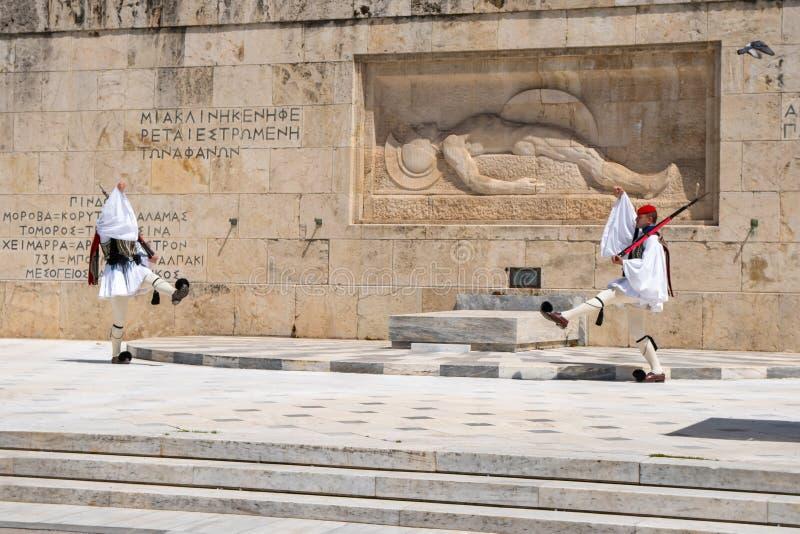 Ateny, Grecja - 27 04 2019: Gwardie prezydenckie wykonują ceremonialną zmianę strażnik przed grobowem Niewiadomy żołnierz obraz royalty free