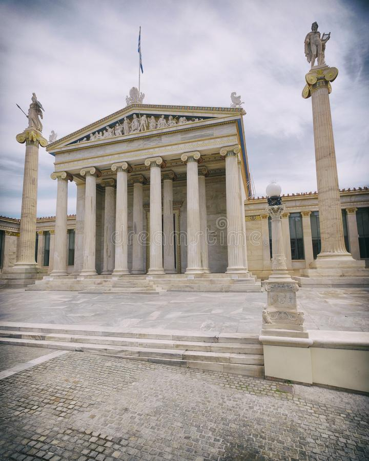 Ateny Grecja krajowej akademii neoklasyczny budynek i Apollo statuy z Athena, lekceważący vignetting zdjęcie stock
