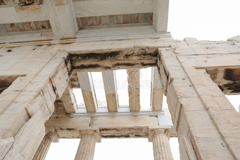 Ateny Grecja, Luty, - 23, 2019: Wschodnia fasada Ateński akropol PROPYLAEA słuzyć jako wejście akropol wewnątrz zdjęcie royalty free