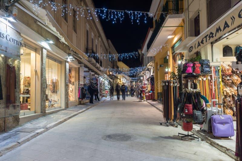 ATENY GRECJA, STYCZEŃ, - 19 2017: Nocy fotografia ulica w starym miasteczku Plaka, Ateny, Grecja zdjęcie stock