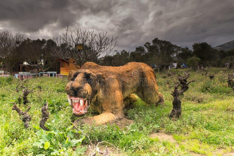 Ateny, Grecja 17 2016 Styczeń Prehistoryczny zwierzęcy sabertooth portret przy dinosaura parkiem w Grecja obrazy stock