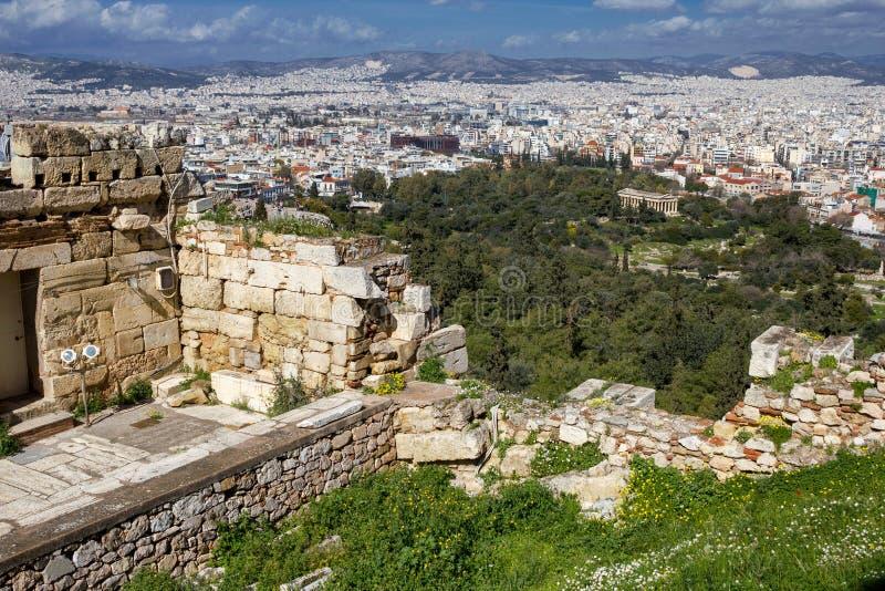 Ateny, Grecja, widok ściany akropol z świątynią Hephaestus w tle zdjęcie royalty free
