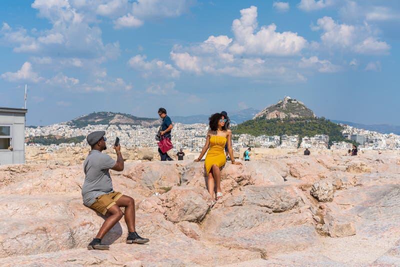 ATENY GRECJA, WRZESIEŃ, - 16, 2018: Młoda afro amerykańska para podróżuje w antycznym Ateny, Grecja obraz stock