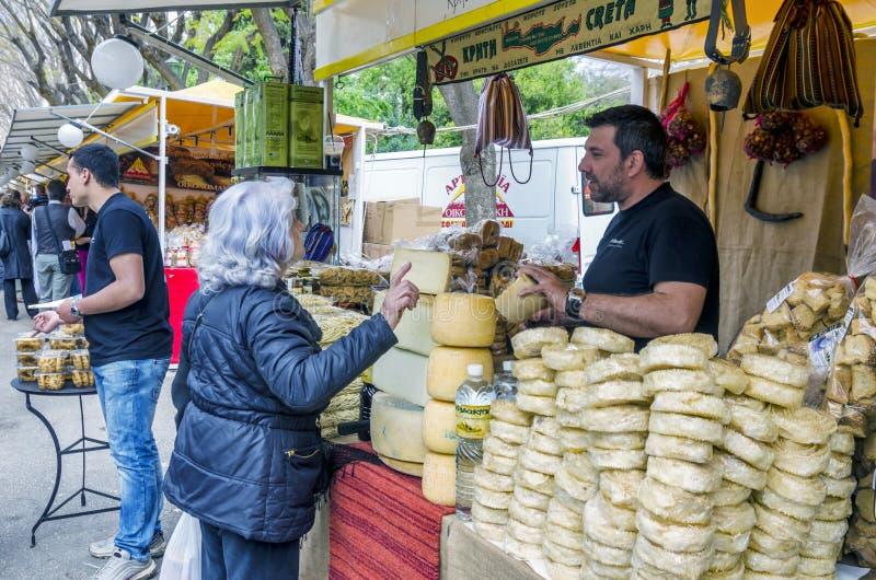 Ateny, Grecja Wystawa Cretan produkty w Zappeion Ludzie sprzedaje tradycyjnego cretan p i bying obraz stock