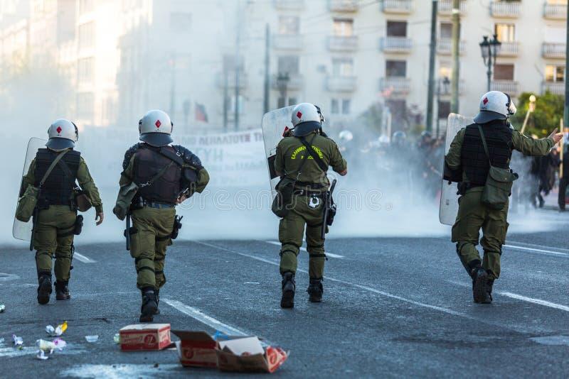 ATENY - Zamieszki policja z ich osłoną, wp8lywy pokrywa podczas wiecu przed Ateny uniwersytetem obrazy royalty free