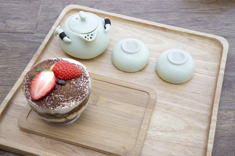 aternoon茶和提拉米苏蛋糕 免版税库存照片