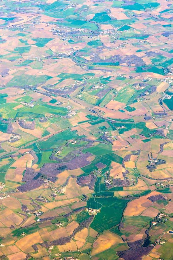 Aterra a vista aérea Campos dourados do mosaico e prados verdes fotografia de stock royalty free