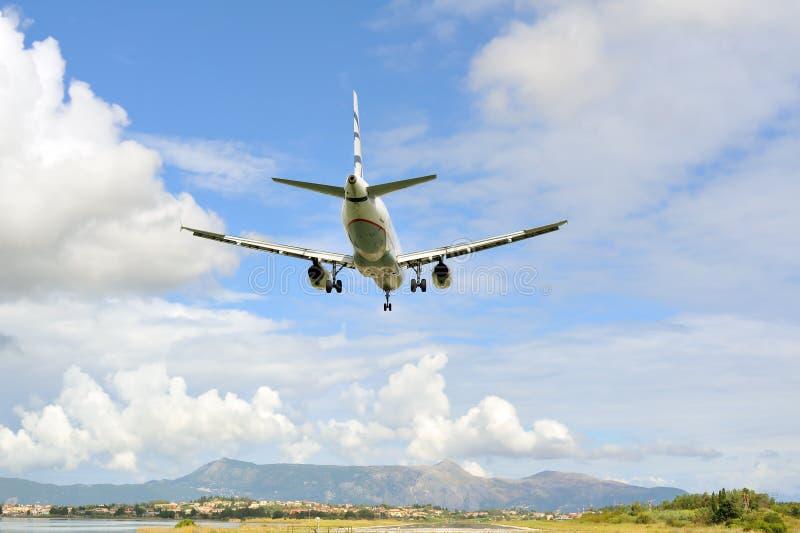 Aterragem de avião do passageiro à pista de decolagem ativa fotografia de stock royalty free