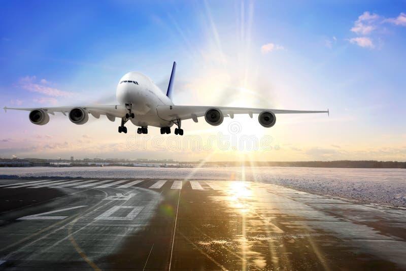 Aterragem de avião do passageiro na pista de decolagem no aeroporto. imagem de stock